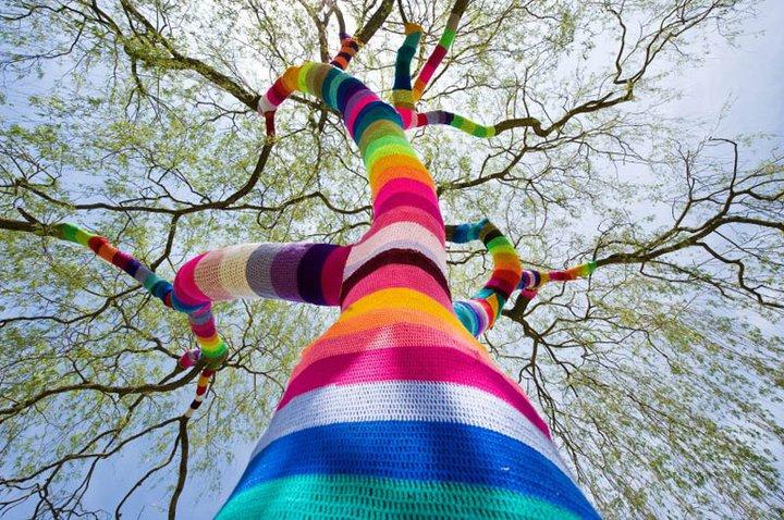 Arvore coberta com crochê