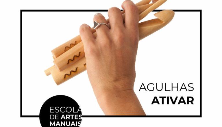 Mão com agulhas de crochê convidando para o movimento agulhas ativar no Instagram