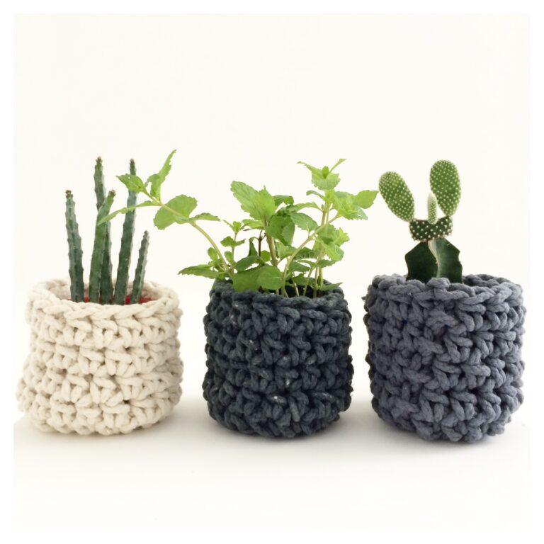 Três cachepôs em crochê peça ideal para iniciantes