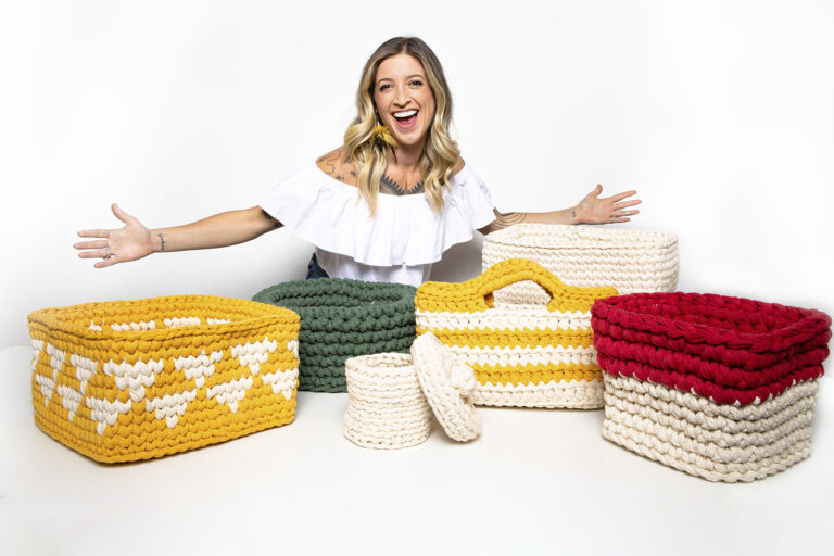 Anne Galante com varias cestas em crochê