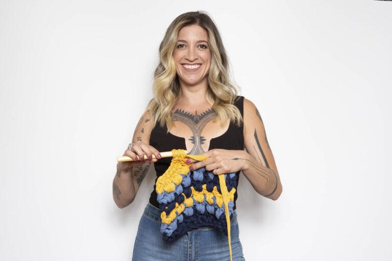 Anne Galante crochetando