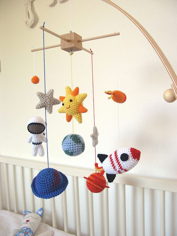 Decoração para quarto de bebê intergaláctico com o crochê geek