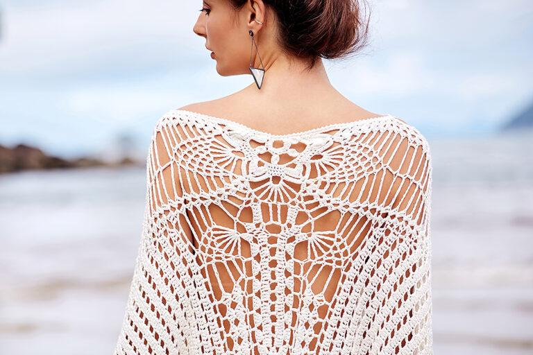 Mulher vestindo peça em crochê