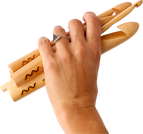 Mão segurando agulhas