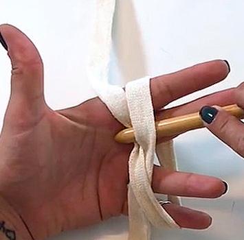 Mãos crochetando anel magico ane galante