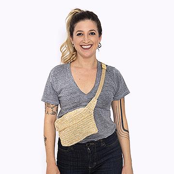 Anne Galante com bolsa pochete