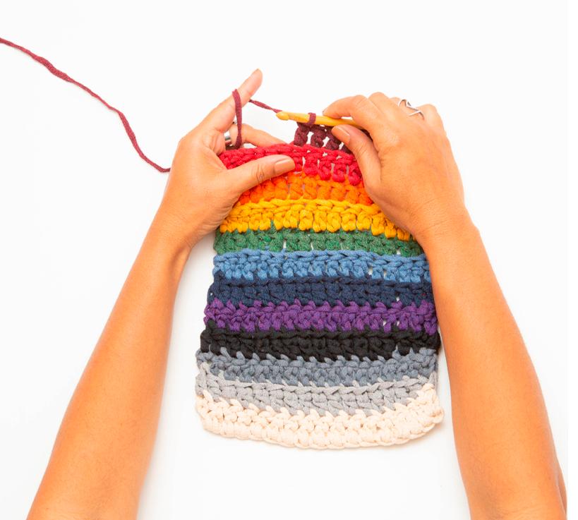 Mãos fazendo crochê