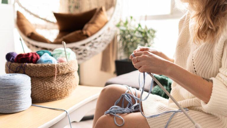 Mulher crochetando