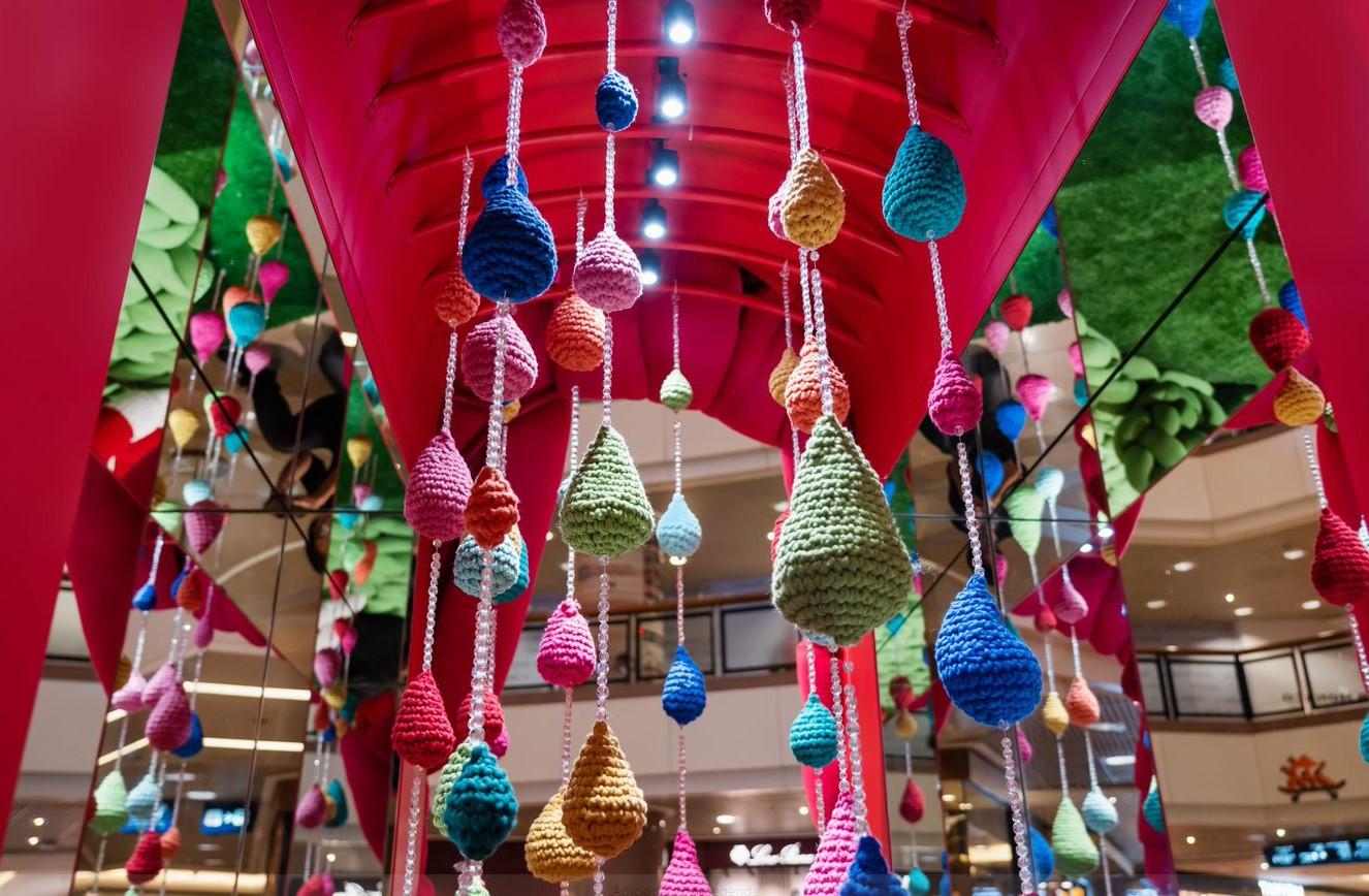 árvores em crochê com cores e padrões diferentes
