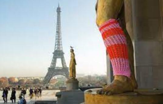 Estátua em Paris com intervenção de Magda Sayeg